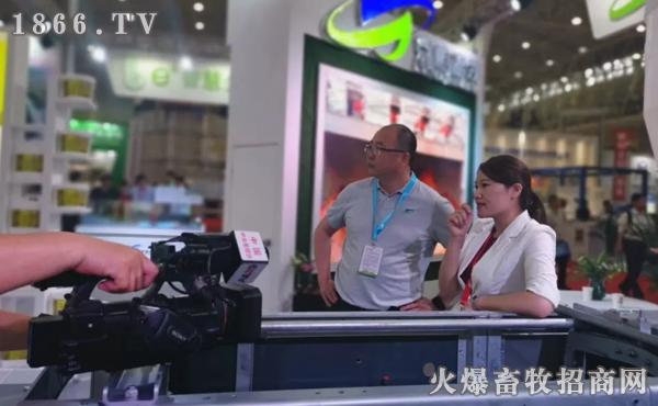 央视七套记者来到京鹏环宇畜牧展位现场采风