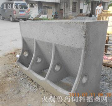 三孔猪槽|亳州新时代养殖设备-火爆兽药饲料招商网