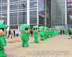 在济南会展中心,火爆网气模宣传队伍就是广场的核心